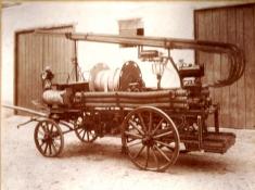 Pferdewagen mit Motorspritze vor dem ersten Feuerwehrhaus