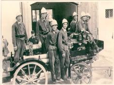 Benzinmotorspritze DKW fotografiert 1953 vor dem zweiten Feuerwehrhaus heutiges Gemeindeamt
